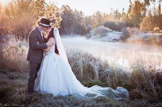 hääkuva naturallight luonnonvalo river mustijoki rakkaus nophotoshop usva hääkuvaus frostymorning häät weddingphotographer autumn aamunsäteet wedding love syysaamu hääkuvaajat hääkuvaaja weddingphotography syksy