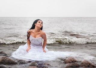muotokuva luonnonvalo bride hääkuvaajat potrettimiljöössä bridesdress hääkuvaaja hääkuva naturallightphotographer brunette photoshoot beautiful wedding valokuvaaja naturallight tfcd luonnonvalokuvaus hääpuku love meri sea tfcdsuomi rain woman trashthedress