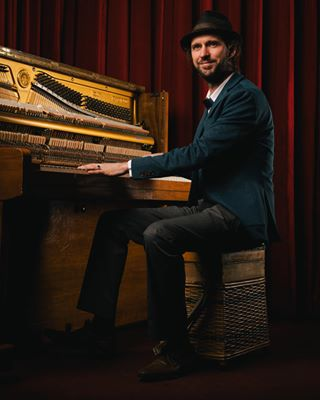 pianoman bandshot piano godox vormkrijger portret pianoplayer portretfotografie studiofotografie bluesmusic musicplayer band flash softbox lightsculpting