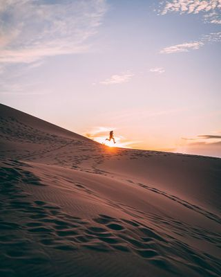 explore explorecreate traveltheworld visitafrica traveler travel visualsofearth visualsoflife sonyalpha sony photogrid photographer photooftheday lightandshadow chasingsunsets chasinglight pattern colour silhouette sunset sunrise sunset_pics africa saharadesert sahara marroco