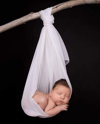 ostschweiz thurgau babyshooting cute neugeborenes tuch sleep stgallen blackandwhite ast baby newbornfoto newbornshooting fotostudio fotoshooting fotograf süss newborn