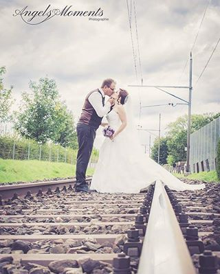 zug wedding stgallen shooting paar ostschweiz love kiss hochzeitsfotograf hochzeit fotoshooting fotograf brautpaar braut bahngleis