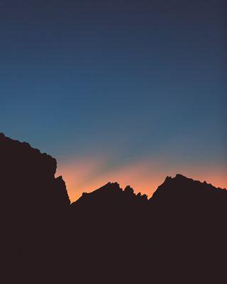 shadow scenery skyporn sunrise_sunsets_aroundworld early alpi skylovers mountainlife alps visitaostavalley mountainview instasky outdoor mothernature aostavalley alpen outdoors silhouette mountain silhouettes wilderness landscapes summit morning peak sunrise sunshine orange