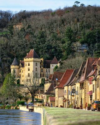 discover_vacations plusbeauxvillagesdefrance traveler aquitania perigord photographer roquegageac trip oldtown dordognevalley france town river picture dordogne medieval_world beauty travel route nature medieval roadtrip photography wanderlust asies_europa living_europe walking