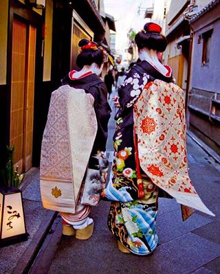 color mhtravelarchive scanning travelphotography japan filmphotography gion archive kyoto mhfavejapan negatives editing maiko