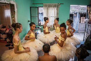 reportage documentary brazil favela ballet balletschool photojournalism balerina riodejaneiro tutu manguinhos balletlife