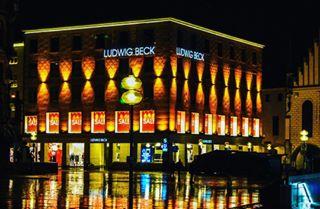nachtwanderung ludwigbeck photography tamronlens tamron muenchen sonyalpha photographer cityphotography muc munich colours lights reflection marienplatz city rain