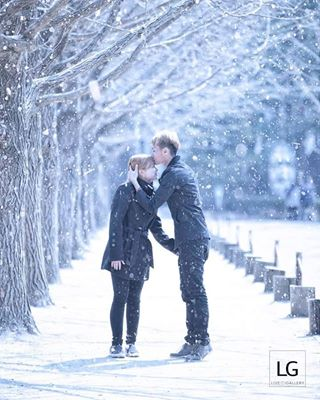 love weddingphotography scene destinationweddingphotographer lovely winter weddingphotographer lover livegallery forehead travel namiisland snow wintersonata kiss couple lggo2016