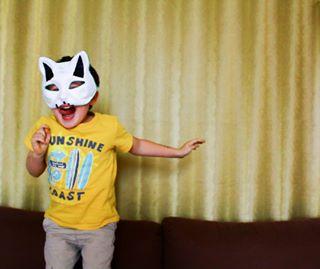 canap smile yellow anphotography heureux anphoto kid playtime couleurs mask sautersurlecanapé goofy masque toïtoï couch fun vacances gamin minots sourire colors