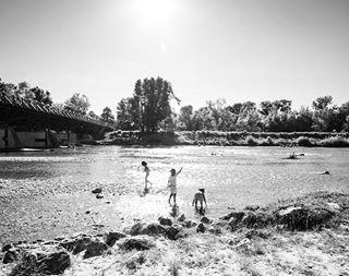 children fluss isar kinder mitwasserspielen muenchen münchen münchenliebe münchenstagram munich niños river spielen