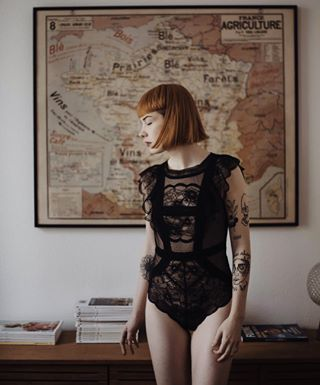 lovely bodypositive girl ink woman bobhair book north blackbody vintage ginger interior bleachfilm portrait photographers camera french appartement body nude tattoo americain nikon france