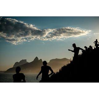 oscariocas brazil phenix streetphotography apfmagazine documentaryphotography doisirmaos domsmaz brasil ipanema cloud riodejaneiro clouds spi_colour silhouettes sunny arpoador