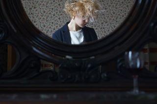 photography selfportrait milano bettinagal mirror mirrorselfie casa glassofwine bookshelf flowerpattern