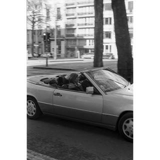 argentique analogisnotdead fisheyelemag 50mm14 analog streetphotography filmphotographer filmisnotdead filmforever 35mm 50mm kodakfilm kodak filmphotography belgium photocinematica somewheremagazine analogphotography buyfilmnotmegapixels benz canona1 kodaktx400 street merco brussels mercedes avenuelouise film minimalcar
