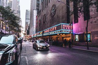 vsco streetsofnewyork street schellewaldphotography rockefellercenter radiocity ny newyork natgeoyourshot natgeotravel manhattan lights car bravogreatphoto