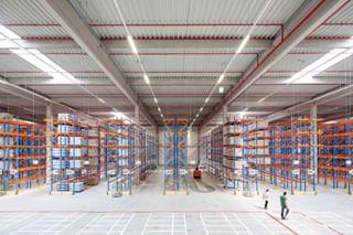 storage hydraulic lager industrialphotography viewfromabove logistics architecturephotography logistik cleaningthefloor architekturfotografie