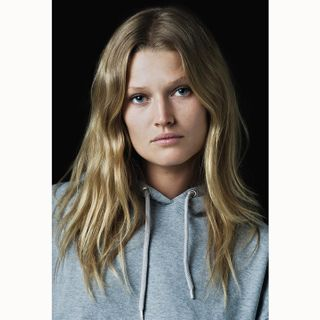 fotografm muenchen schauspielerportrait editorial magazin authentic fashion look view blueeyes portraitphotography simple light natural photography shooting surface celebrityportrait celebrity portrait face personality beauty topmodel tonigarrn