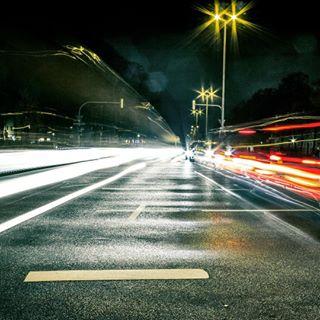 streetsoftheworld streetlife citylights like4like streetphotography trafficflow traffic munich streets standaad streetsofmunich longexposure night cars trafficlight bothsidesofthestreet