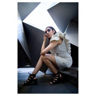 adoptaunfotografocreativo rayas vestido moda fashion madrid plaza cube cubism eyeliner lines geometric photographer makeup modelo