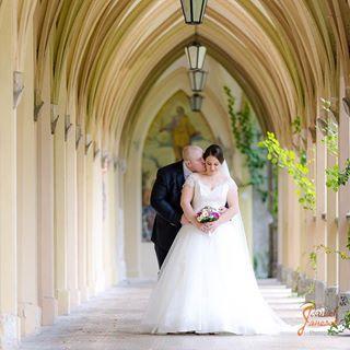 groom romantisch romantic veil braut hochzeit white schleier bräutigam weddingbouquet braeutigam brautstrauss weiß bride arkaden arcade weiss black schwarz wedding