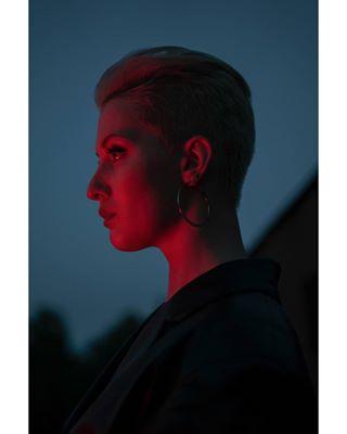 birds girl redlight portrait bluesky photoshoot profile photography women