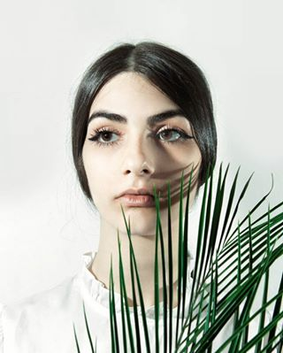 portrait minimal woman eyes canonlens roaringtwenties palm bigeyes leafes nature design canon face girl model natural green canon5dmkii mua eyeliner simple discoverartists beautiful clean discoverphotography makeup
