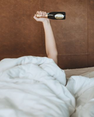 wakeup wakeupandmakeup moring bed model luxurios relax boutique hotel hotellife photography chillmodeon chillmode bath champagne vibes weekend