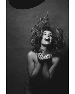 beautyspot birthmark studiolighting portraitmood beauty hair canon onelight laugh portrait seductive hairwaves bnw monochrome beautydish feminine