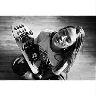glasses rebelious girl teen skateboard style melancholic inspiration lovley young blackandwhite grunge hipster youth bnwphotography getaway photo vsco freedom alternative aesthetic skate photography outfit indie