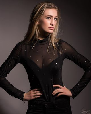 photographer photoshoot woman portfolio pose photography strong beauty portrait model like studio light