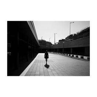 light siluett budapest dark black minimal bandw blackandwhite mood woman keleti walking hungary photography