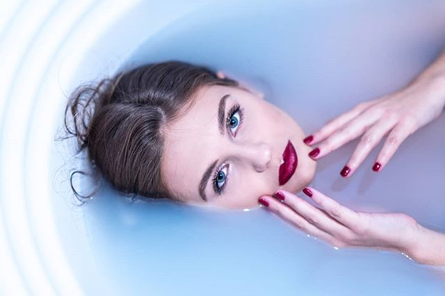 mua redlips sonyalpha water photography beauty blueeyes bathtub look milkbath makeup portrait makeupartist girl