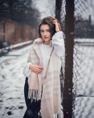 photoshoot portrait snow retouch portraitphotographer outdoorphotography beauty modelling canon winter blondhair londonmodel londoner familyphotoshoot clothing girl photoshootideas londonphotographer photographer photography weddingphotographer model photoshop fashion photoediting londonfashion photo london