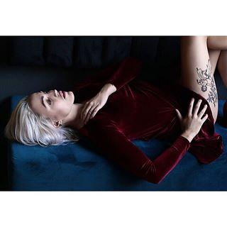 reddress polishgirl tattoo rumbar photo likeit blondgirl selezy photoshoot model restaurant happy