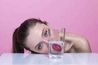 love frackles photo beautifulgirl photoshoot woman model polishmodel face studio pink glass
