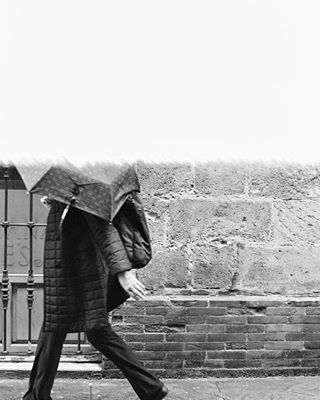 filmisnotdead inthestreet staybrokeshootfilm disparaencarrete jerez rain pluie ilford fisheyelemag carretezine 35mm streetphotography firstoftheroll lluvia