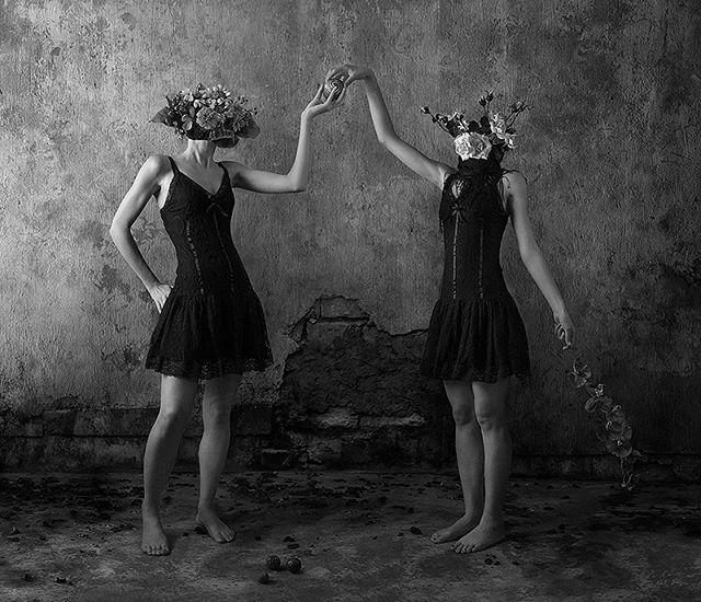 blackandwhite simmetria subconscio girl twins subconscious fiore women biancoenero fiori woman black flower arte art surreal conceptual symmetry concettuale flowers bw gemelli barefooted gemelle oniric stanza surreale room girls dark