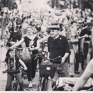 auspekuliert betongold bnw bnwlas bnwmood bnwpeople bw demonstration generationen generations leute menschen münchen people picoftheday powertothepeople schwarzweissfotografie