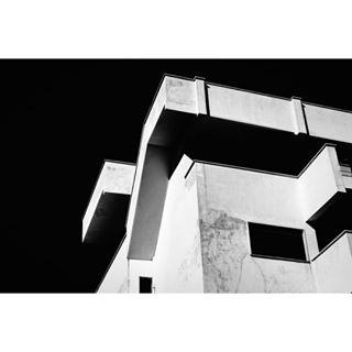 otw blackandwhitephoto equilibrium lartediuscirsene struggle architecture inthemiddle