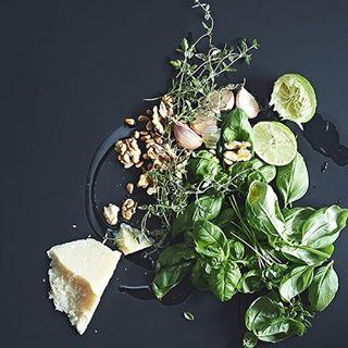 basilikum denizretzer food foodfotografie foodfotografin foodphotography neonfotografie pesto zutaten