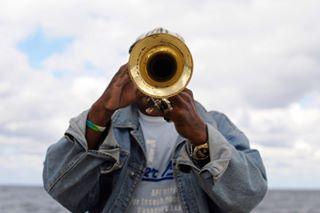 buenosdias backtocolor documental musico trompeta cuba lahabana music goodmorning amigos documentaryphotography malecon friends fotografiadocumental musician trumpet trompetista documentary