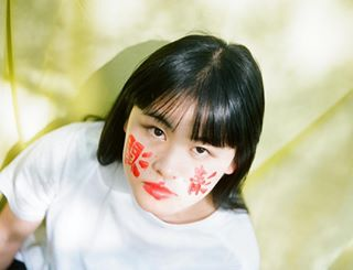 argentique analogueportraits analogfilm 35mmphotography analoguepeople portraitphotographer filmisalive kanji donteditme kodak heinuipoura portrait_mood japan red editorialphotography portraitphoto painting filmisnotdead 35mmfilm filmphotographer japanese yashica tokyo