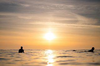 surfclub surfers prints paradise cornwall sunsetlovers surfphotographer surfergirls weekends longboarding surfinglife boardriders sunset newquay newquaysurfphotographer wavephotography dusk sunsetsurf watergatebay ocean surfgirl weekendwarriors goldenhour surfgirls seascape surfing evening fistral