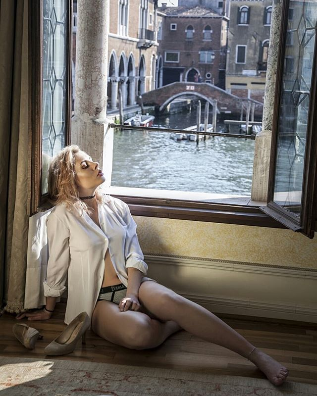 beautiful grancanal luxurylifestyle romantic chicandsexy canalgrande veneziagram legsperfect venice cute dreamgirl elegance astonishingbeauty sweet