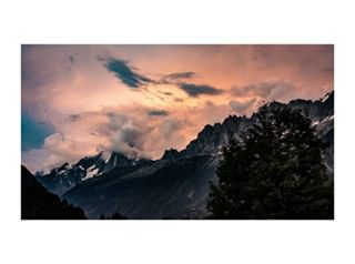 hikingadventures sky switzerland🇨🇭 tmb naturephotography forest montblanc discoverearth france walk mountains italia paint backpacker skyporn hiking chamonix sunset_pics colors sunsetlovers trek clouds backpack nature sunset trekking