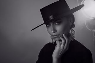 portraitphotography paris zorro portrait advertising commercial studio moody chapeau dark blackandwhite bijoux