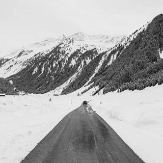 winter landscape alps road bw finkau speicherdurlassboden lake austria tirol