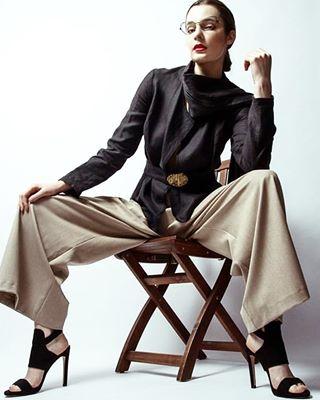 designerin withglasses legs haareundmakeup shoes fotografenassistenz