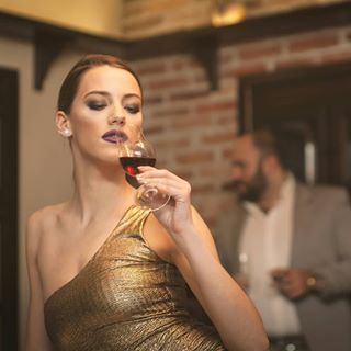 golden topmodel redwine wine manualfocus canon5d ambience photography weapons jupiter9