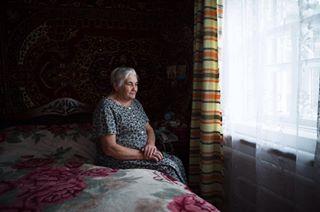 деревня мылюдироссии фотографольгаюсупова фотограф бабушка портрет дом фото город родимыеокна детство окно жанровыйпортрет